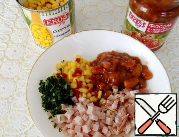Combine the bacon and ham with canned sweet corn and canned beans with vegetables in Italian, add hot pepper to taste.
