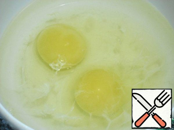 In a bowl, pour enough water to cover the eggs. The eggs gently to break and pour in the water.