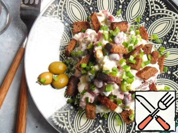 The result is a very rich salad, with a touch of piquancy, thanks to olives, and freshness, thanks to a fresh cucumber and green onion.