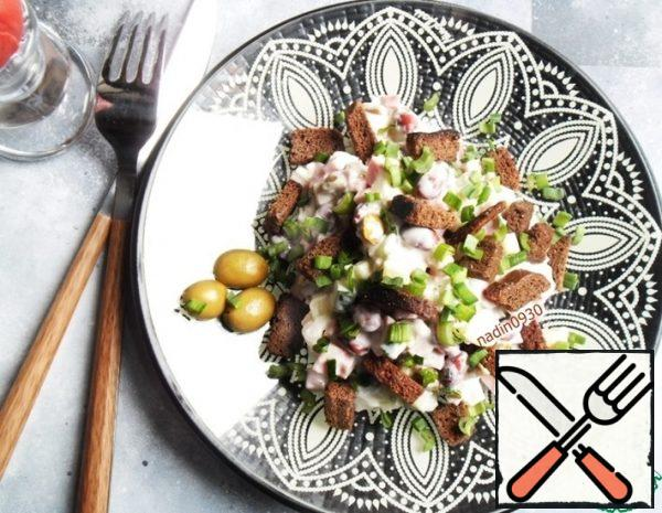 Salad with Olives and Crackers Recipe