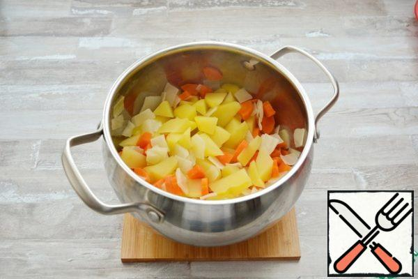 Put the vegetables in lightly salted water separately for about 10-15 minutes ( the vegetables should be soft, but not overcooked). Drain in a colander to drain off the water. Fold into a saucepan and stir