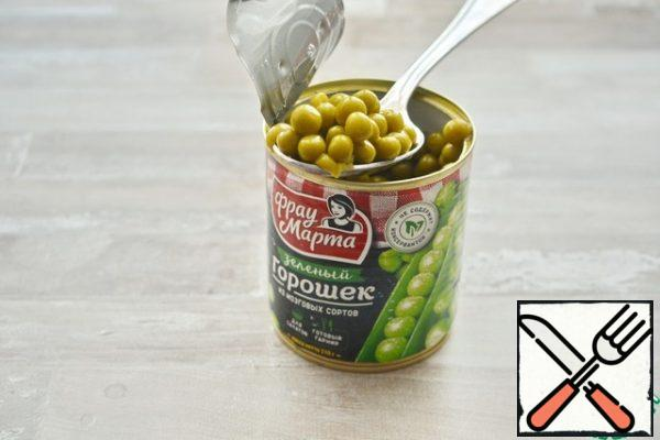 """Add to the vegetables pre- warmed green peas """"Frau Martha"""" (without liquid).Net weight of a can of peas - 310 g."""