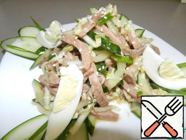 Before serving, sprinkle the salad with sesame seeds and decorate with slices of boiled egg.