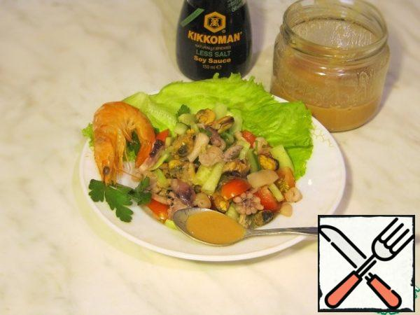 Pour the salad with the prepared sauce and serve. It turns out very tasty.