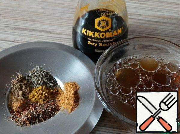 Preparing the marinade. To do this, mix dry spices, sugar, vegetable oil, soy sauce and 2/3 Cup of mushroom broth. Put the container with the marinade in the microwave for 30 seconds to heat and reveal the flavors of spices. Then add the vinegar and, if necessary, salt.