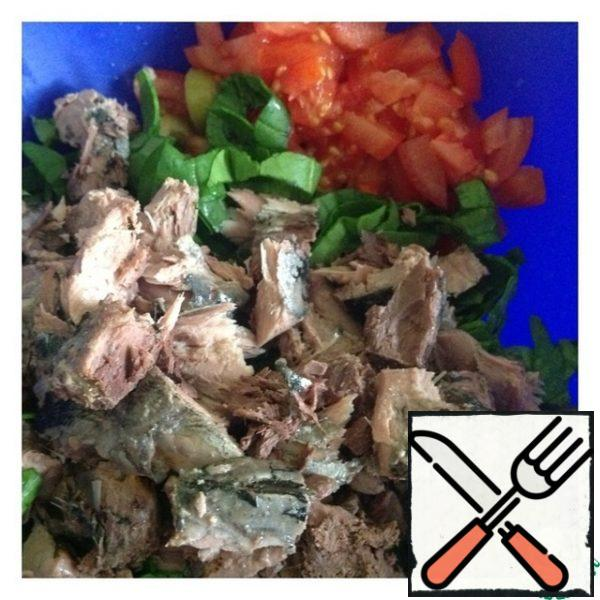 Chop the spinach and cut the tomatoes into half-slices or cubes. As you prefer. Drain the liquid from the tuna and remove the Central bone. Break it into random pieces.