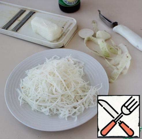 While the onion is marinating, grate the daikon radish with a straw.