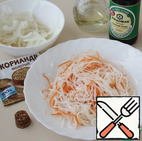 Combine the grated carrots and radishes in a Cup, add salt, 1 tsp sugar, mash the salad with your hands, sprinkle with ground coriander. Add the pickled onion, drain the liquid from it, and mix well.