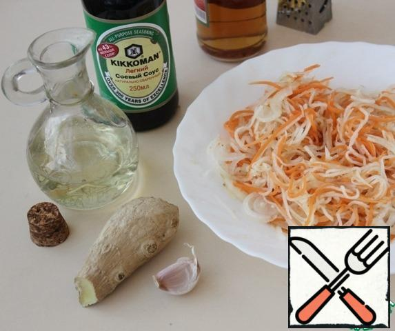 Grate a clove of garlic and a piece of ginger into the salad. Pour soy sauce, vinegar, vegetable oil ( ideally - sesame).