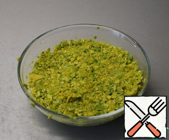 Add salt and pepper to the chopped avocado, season with a little olive oil, mix, cover with clingfilm and put in the refrigerator.