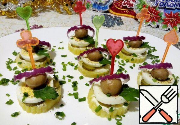 Lay on a pickled mushroom and chip everything with a skewer. Garnish with finely chopped green onions and red onion rings.