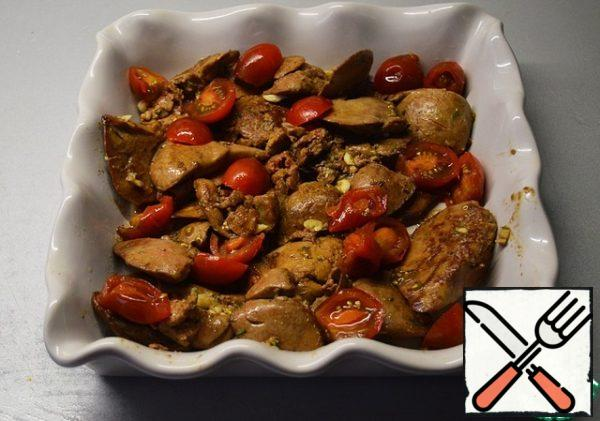 Put the finished liver in a baking dish. Top with sliced tomatoes.