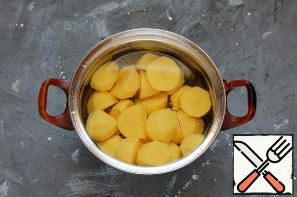 For the filling: peel the potatoes, cut into 2-3 parts, pour cold water and put to cook. After the potatoes boil, remove the foam and salt. Cook until tender. Drain the broth, leaving part for mashed potatoes.