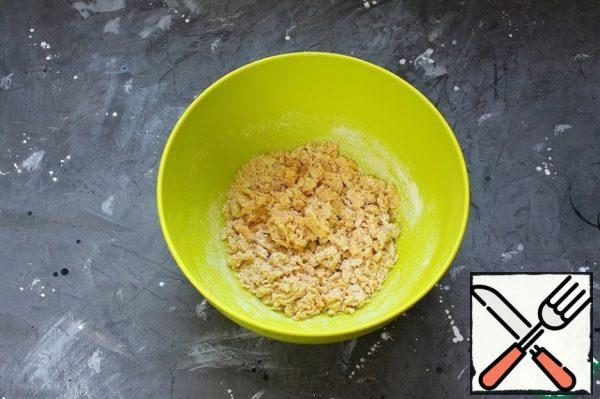 Add 150 g of flour and mix until crumbs form.
