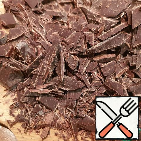 While the cream is warming up, break into pieces and chop 250g of chocolate. It is better to take chocolate 72-75% cocoa. But I was in the presence of chocolate 60% cocoa and also everything turned out, fortunately.