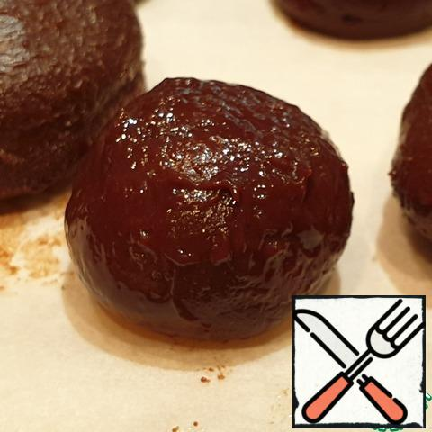 Get the hardened billets from the refrigerator and roll them into balls. Long ride is not worth it. The chocolate in your hands will melt a little and the blanks will become more round. Put it back in the refrigerator for 15 minutes.