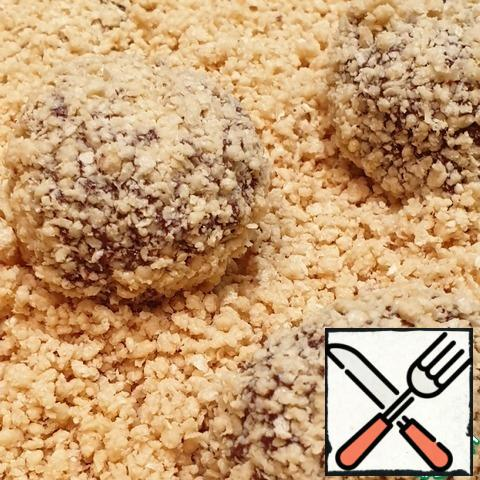 Put the truffles in the waffle crumbs at a distance from each other. Shake the mold, crumbling the candy in the crumbs.
