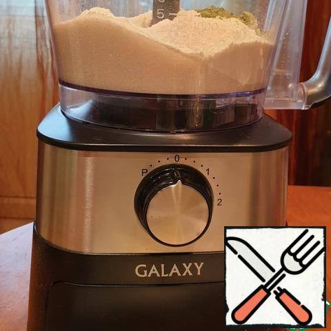 Sifted flour. All the dry ingredients are loaded into the bowl of a food processor. Matcha tea in this case is not used as a dye, but as a component of taste. Turn on the oven preheating 180°C.