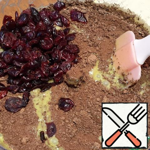 Add all the liquid ingredients (water, vinegar, heated coconut oil and vanilla extract) and mix until smooth, just 30 seconds. You do not need to beat anything, just mix until there are no lumps. Remove the knives from the bowl of the combine, add the chocolate pieces and dried cranberries and mix with a spatula until smooth. The dough turns out to be quite liquid, do not let It confuse you.