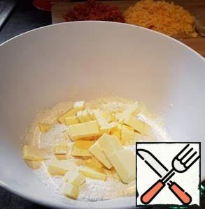 Pour the flour into a large bowl, add the butter and RUB with your fingertips into small crumbs. You can entrust this work to a combine harvester.