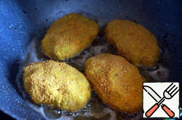 In a deep frying pan or wok, heat all the vegetable oil at once. Fry the cutlets first on high, then on medium heat on both sides, until Golden brown.