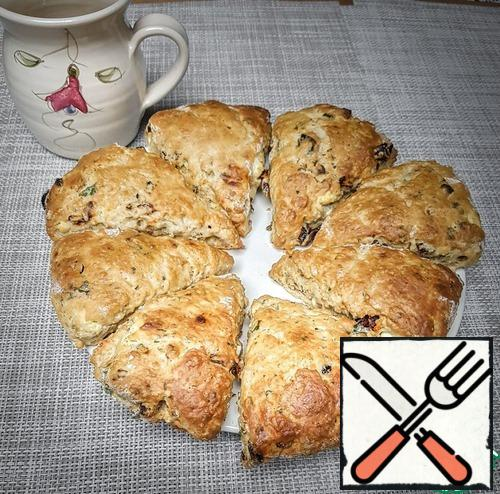 Bake at 200 °C for 15-20 minutes. Look at your oven. The crust of the scones should become light brown, crispy. It is delicious to eat warm, but cold ones are also good. Stored 2-3 days in a closed box.