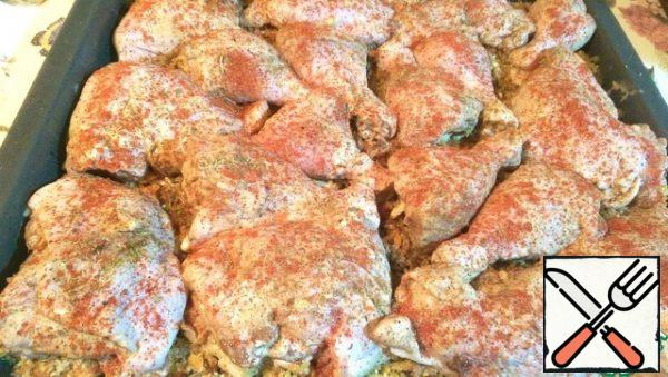 Now it's your turn to spread the chicken. Sprinkle the pieces with paprika, for a beautiful color. And ground nutmeg. Pour the marinade on the bulgur. There is no need for good to disappear )) Cover with foil and put in the oven 200 degrees for 40 minutes. It is necessary to take into account the features of your oven!!!
