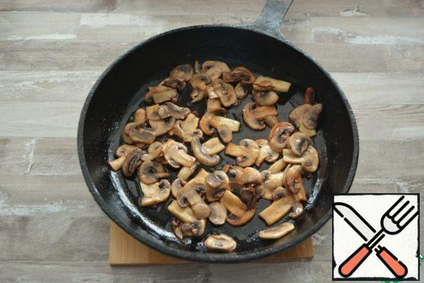 Cut the mushrooms into slices and fry them with 1 tablespoon of olive oil and 1 tablespoon of butter. While set aside, leave a few mushrooms for decoration.