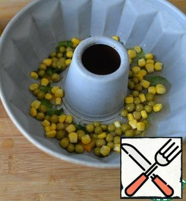 Take the form out of the refrigerator, evenly put the peas and corn in the form.