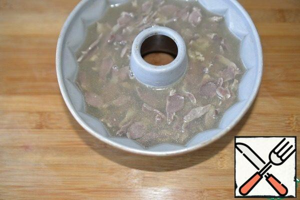 Top with sliced stomachs and pour the broth with gelatin. Put in the refrigerator for complete solidification (at least 3 hours).