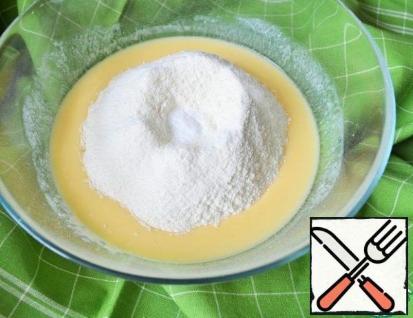 Sift the flour, mix with baking soda, add to the egg-kefir mixture. Knead until smooth.