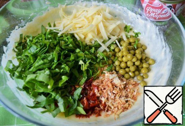 Wash the spinach, dry it, cut it thinly, add it. Grate the cheese on a coarse grater and add it.