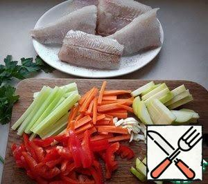 Sprinkle the fish with salt, pepper and lemon juice. Celery, carrots, garlic, sweet pepper, zucchini cut into strips.