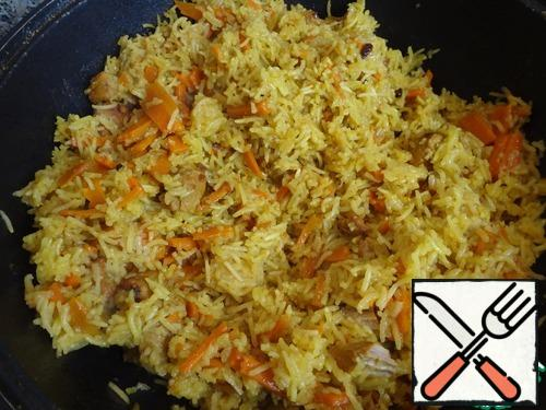 When the water is completely absorbed into the rice, take out the garlic and mix the rice to evenly distribute the meat, vegetables and rice. Bon appetit.