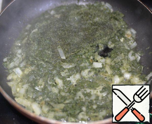Fry the onion until transparent in vegetable oil, we put spinach, I have frozen. Stir. Simmer on medium heat for 3 minutes.