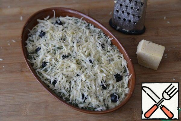 Sprinkle with grated cheese on top. Put in the oven heated to 220 degrees, bake for 40 minutes.