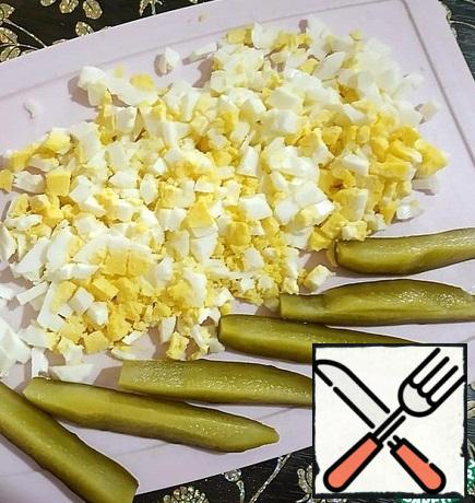 For the filling, boil hard-boiled 3 eggs, cool and finely chop. Pickled cucumber (you can also pickle, if desired) cut into 6 slices. Wash the corn and mix it with the egg.