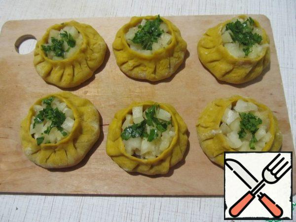 In the open top, put the pineapple pieces and sprinkle with chopped parsley.