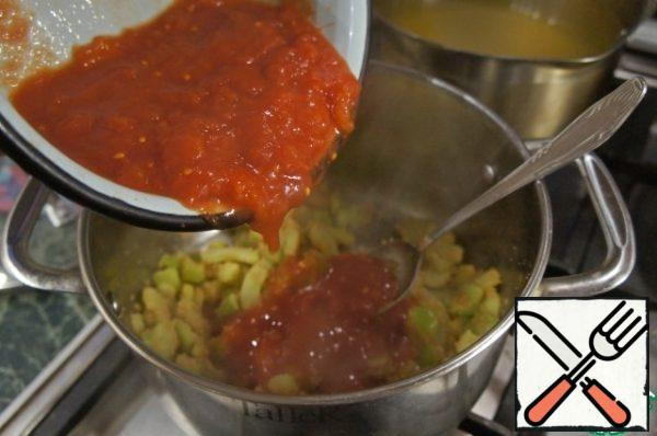Mash the tomatoes with a fork and add the juice to the pan with the vegetables.