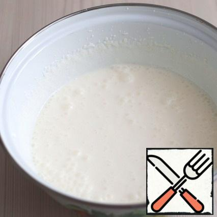 For cream: In a bowl add sour cream (350 gr.), add thickener for sour cream (1 pack.), add sugar (the amount of sugar to adjust to taste). Then add 1 teaspoon of cocoa powder.