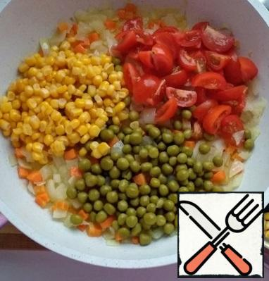 Add the chopped cherry tomatoes. Drain the liquid from the corn and peas and add to the vegetables. Pour the soy sauce and fry for another 2 minutes.