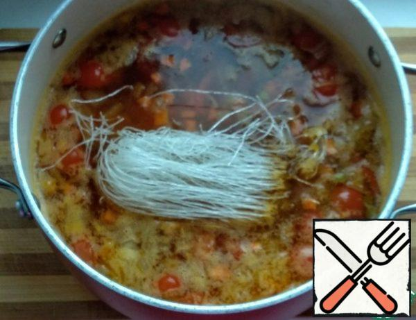 Next, boil 1 liter of water in a saucepan, add salt, fried vegetables, prawns and funchosa. Cook for two minutes, then cover and let stand for 5 minutes. The amount of soup is calculated for about 3 average servings.