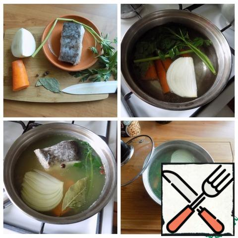 For soup, you need to cook fish and fish broth. In a saucepan, pour water, bring to a boil, put a quarter of onion, half a carrot, cut into quarters, a branch of parsley. Cooked the carrots until tender. Salt, put allspice, Bay leaf and a piece of fish. You can take any fish. I have a piece of catfish. Cook until the fish is ready. Remove the fish and carrots to a plate. This will come in handy later. Broth strained through a sieve. I'll make soup with him.