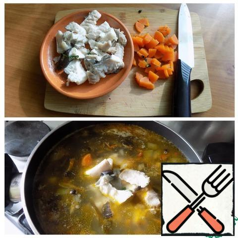 We take the fish apart into pieces, separating the bones. Cut boiled carrots into small cubes. We send it to the soup. Bring to a boil and remove from the heat. Let stand under the lid for a little while.