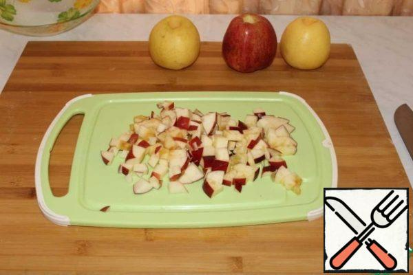 Preparing the filling. Cut the apples into cubes.