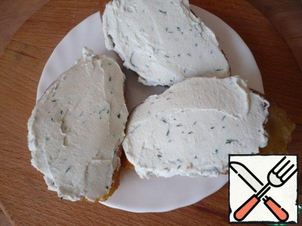 Spread the toasted bread with a thick layer of goat's cheese (I have goat's cheese with fresh herbs) and cut into croutons 2 cm each.