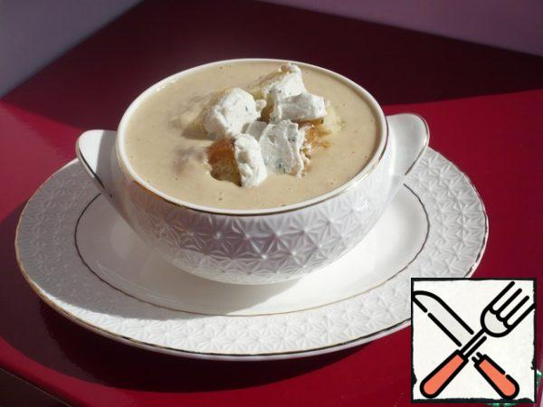 Serve the soup, pour into small broths, top with croutons with goat cheese and sprinkle with ground black pepper. Bon Appetit!
