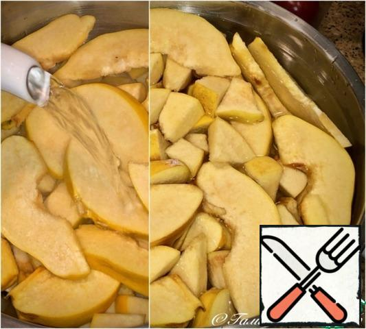 And fill all these pieces with hot water. Note that I started with this operation. I did this for a simple purpose. So that the water from the quince would take more of the taste and aroma of quince. Why-later you will understand and agree with me.