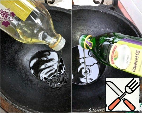 Start cooking. We heat the cauldron and pour vegetable oil into it. Two hundred grams. What oil should I take? Matter of taste. I took it from the grape seeds. And the mix turned out because there were less than a hundred grams left in one bottle. I had to add from the second one.