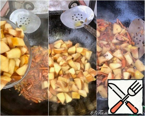 Then the quince goes to the cauldron. The part that's in pieces. Stir a little, not even deep fried, as well protoplasm.